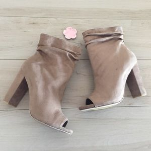 Shoes - NWT 🌟HP🌟Taupe Faux Suede Peep Toe Bootie   7